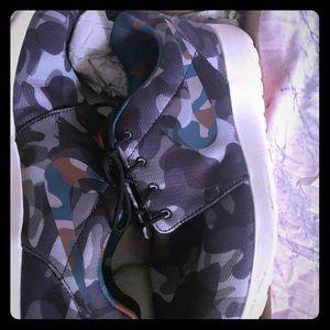Gently used camo women's roaches run nike sneaker